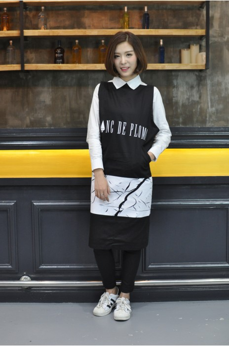 AP077  MODEL, 真人模範 圍裙款式    模特示範  設計LOGO圍裙款式  化妝品 銷售員圍裙 畫家 圍裙  訂做圍裙款式   圍裙製衣廠