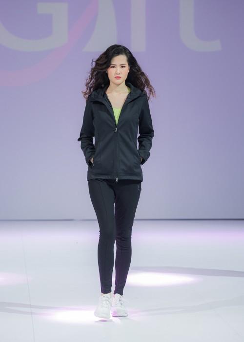 J628 訂做度身風䄛外套款式 模特試穿效果   製作女士風樓外套款式  修身外套 複合布款 吸排底布 雙頭拉鍊  自訂風樓外套款式   風樓生產商