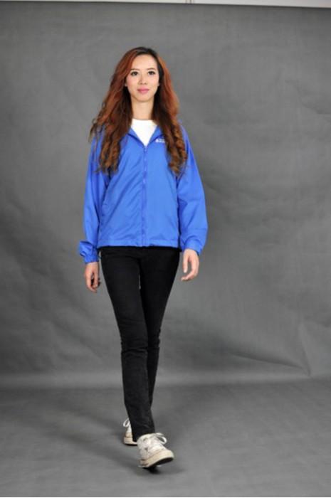 J417 印製團體風褸  真人展示 模特試穿 訂購團體風褸價格  防水風衣訂造  自製制服外套供應商